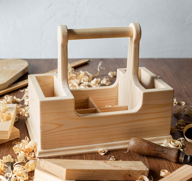 Drewniana skrzynka na narzędzia stolarskie z uchwytem