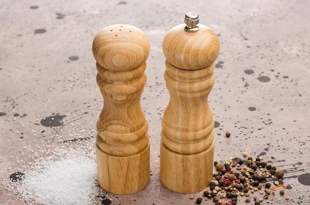 Drewniana solniczka i pieprzniczka. przyprawa sól i pieprz na stole.