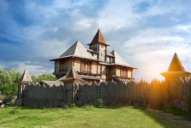Drewniana starożytna konstrukcja