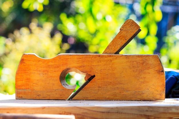 Drewniana strugarka do obróbki drewna stoi na stole w słoneczny dzień