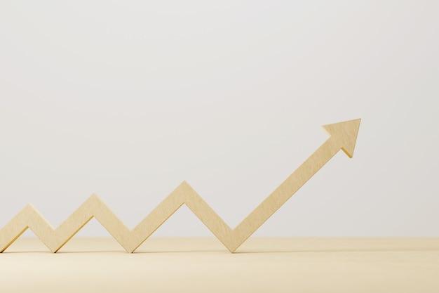 Drewniana strzałka znak wzrostu na stół z drewna. rozwój firmy do sukcesu i rosnącej koncepcji wzrostu. ilustracja 3d