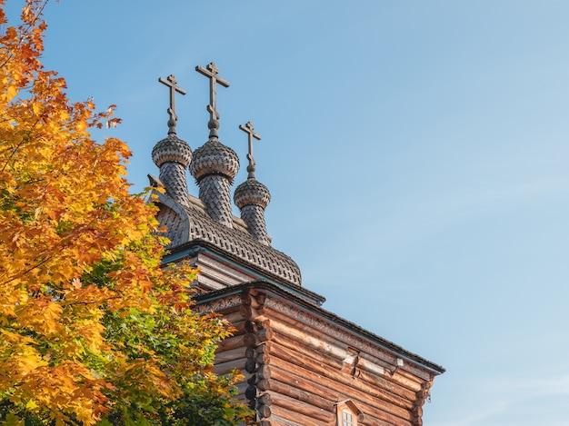 Drewniana świątynia kolomenskoje jesienią na tle błękitnego nieba, moskwa