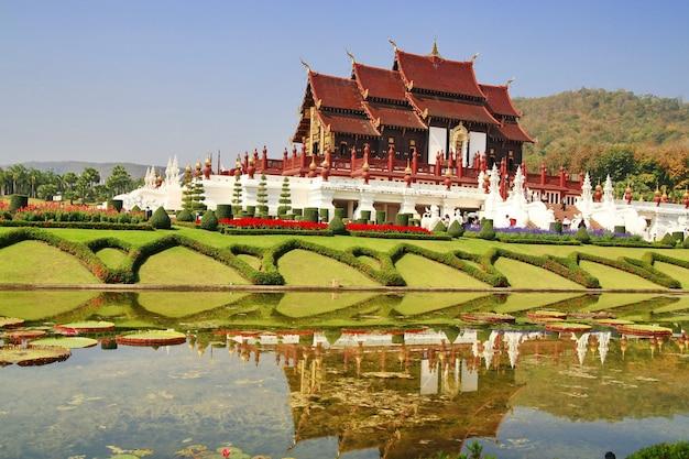 Drewniana świątynia w królewskim flora parku chiang mai, tajlandia