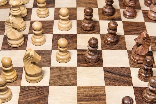 Drewniana szachownica z danymi z bliska