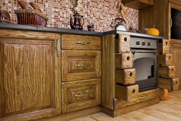 Drewniana szafka kuchenna we wnętrzu w stylu kolonialnym