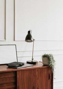 Drewniana szafka na białej ścianie