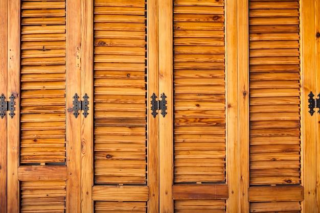 Drewniana szafka z zawiasami