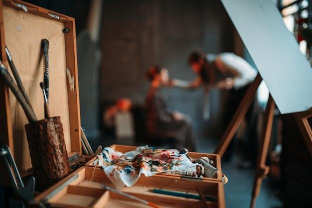 Drewniana szuflada szkicu z widokiem zbliżenie narzędzi do rysowania.