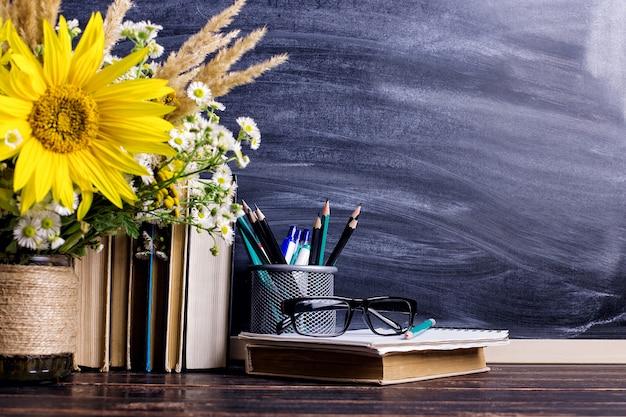 Drewniana tablica kreda rama i wazon bukiet na stole puste