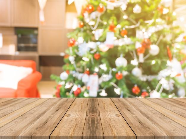 Drewniana tablica pusty stół na rozmazany tle