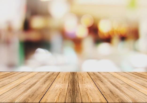 Drewniana tablica pusty stół niewyraźne tło