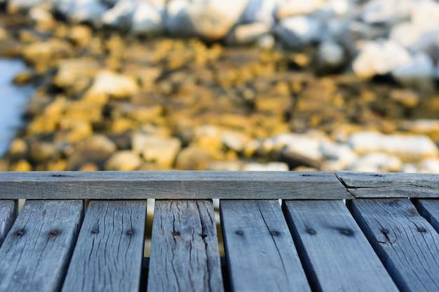 Drewniana tablica pusty stół przed niewyraźne