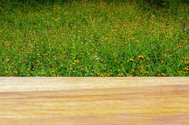Drewniana tablica pusty stół przed żółtymi polami kwiatowymi do wyświetlania produktów