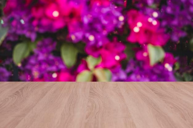 Drewniana tablica pusty stół z wiosną backgound