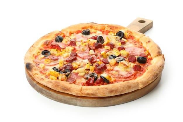 Drewniana tablica z pyszną pizzą na białym tle