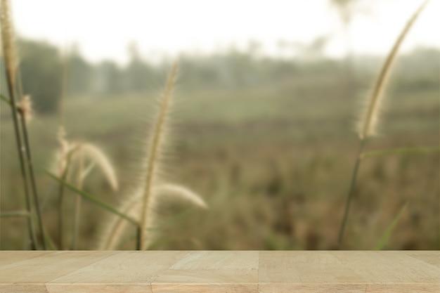 Drewniana tablica z rozmyte tło kwiatu.