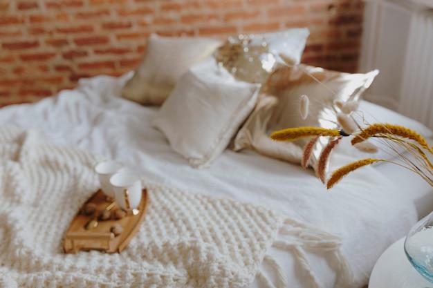 Drewniana taca z kawą na łóżku