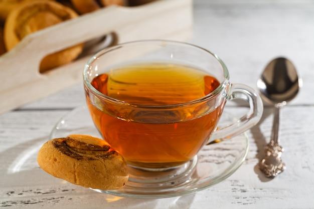 Drewniana taca z lekkim śniadaniem i herbatą