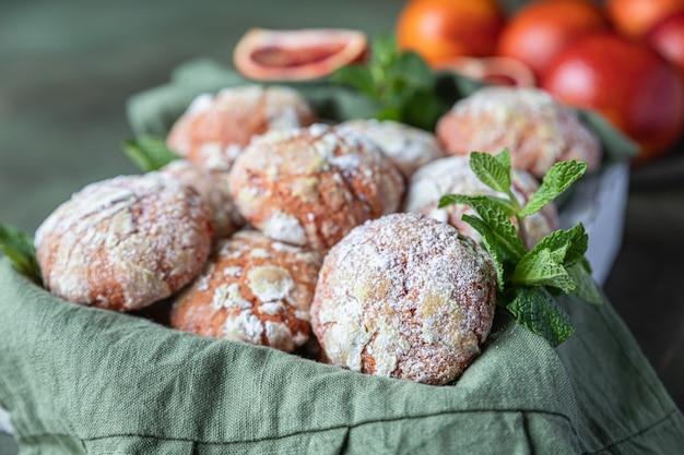 Drewniana taca z pomarańczowymi marszczonymi ciasteczkami