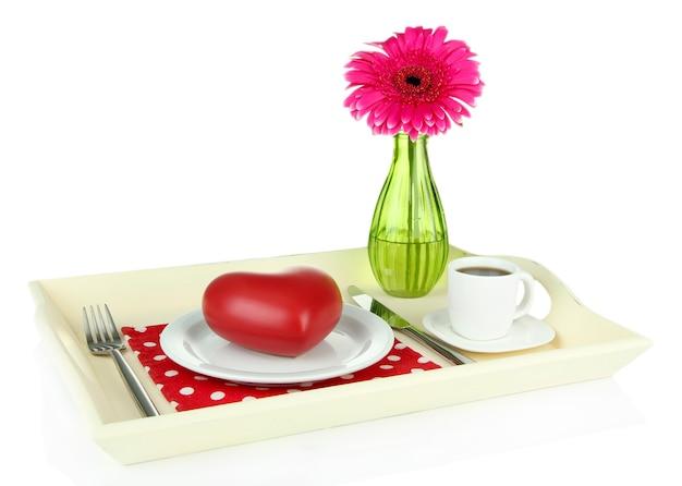Drewniana taca ze śniadaniem, na białym tle