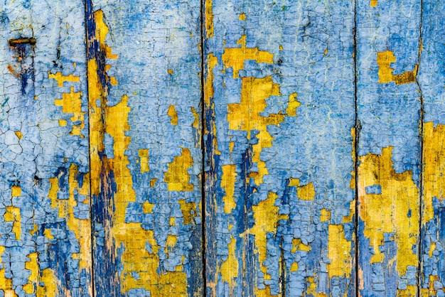 Drewniana tekstura z zadrapaniami i pęknięciami