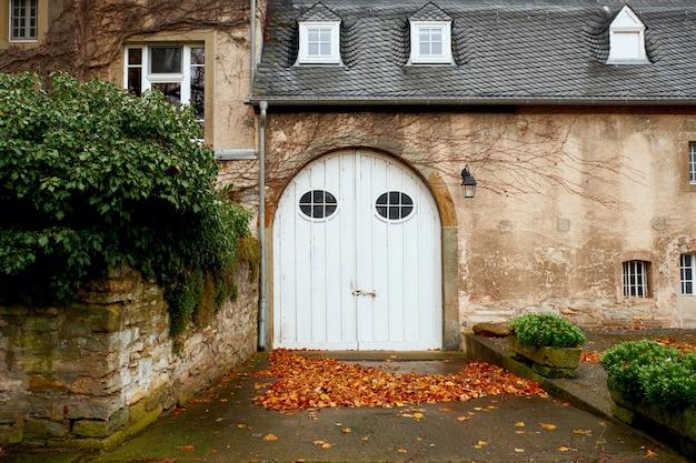 Drewniana wejściowa brama dwór w niemcy, europa