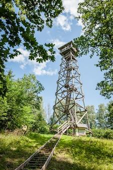Drewniana wieża widokowa na wzgórzu kamparkalns. łotwa. bałtycki. nieostrość.