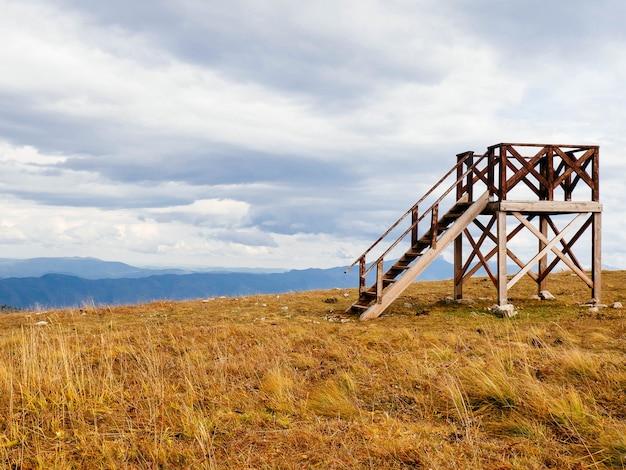 Drewniana wieża widokowa w górach kopia przestrzeń. punkt obserwacyjny dla pożarów lasów.