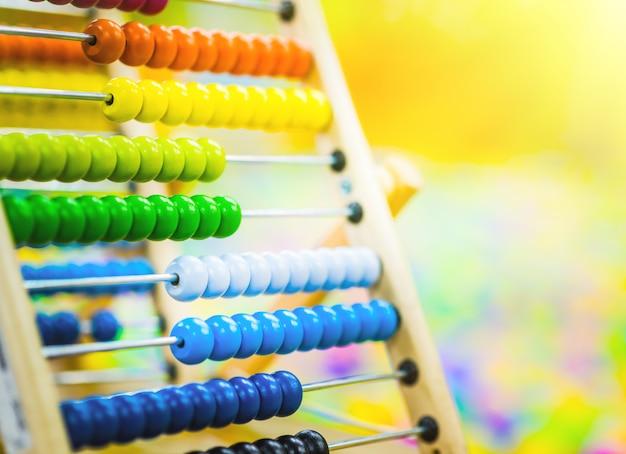 Drewniana zabawka dla dzieci liczydła w jasnym kolorze