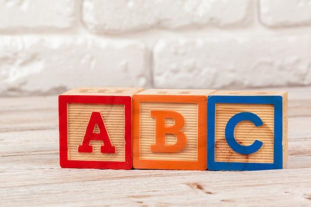 Drewniana zabawka klocki z tekstem: abc