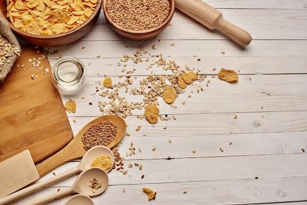 Drewniana zastawa stołowa jedzenie musli w tle drewna