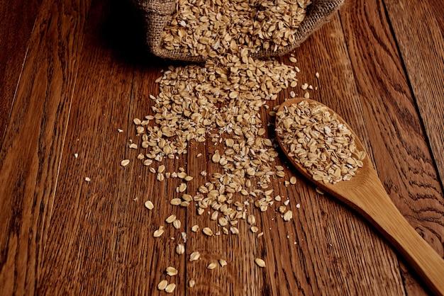 Drewniana zastawa stołowa produkty zbożowe tło drewna