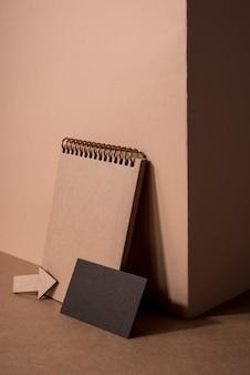 Drewniane artykuły papiernicze i czarna wizytówka