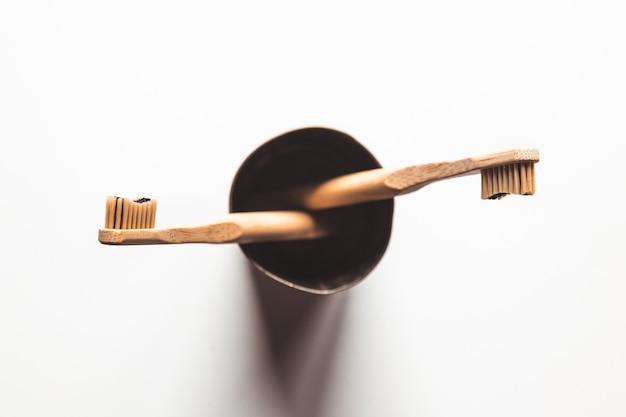 Drewniane bambusowe szczoteczki do zębów na białym tle na białym tle. pojęcie zero waste, recykling