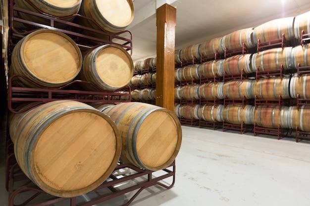 Drewniane beczki w piwnicy