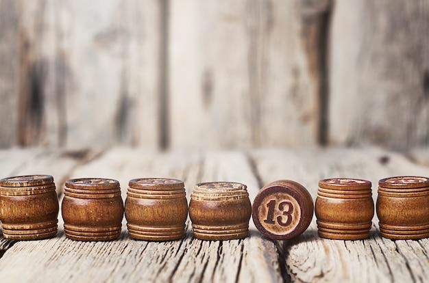 Drewniane beczki z numerami na drewnianym tle.
