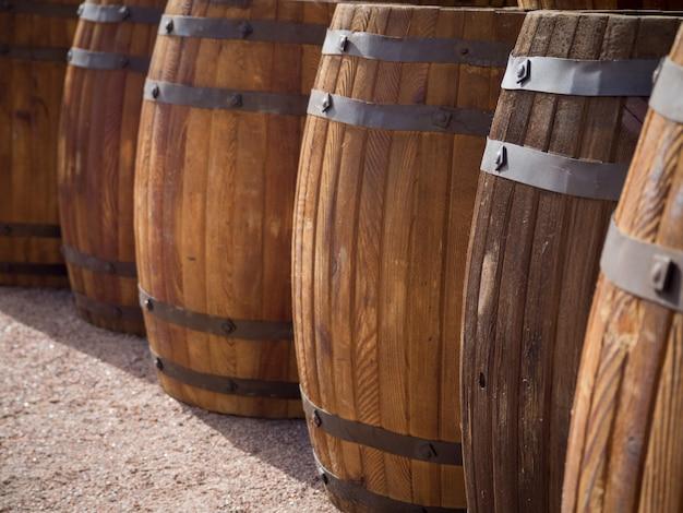 Drewniane beczki ze śledziem stoją w porcie w rzędzie.
