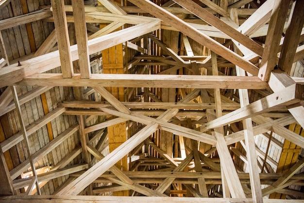 Drewniane belki, poddasze, drewniany dach starego budynku.