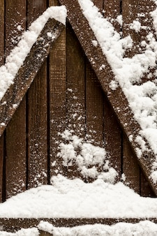 Drewniane belki ze śniegiem