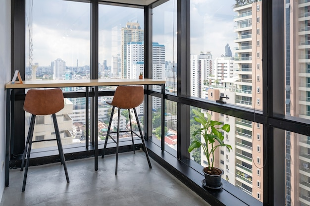 Drewniane biurko z krzesłami na rogu nowoczesnego biura w centrum miasta