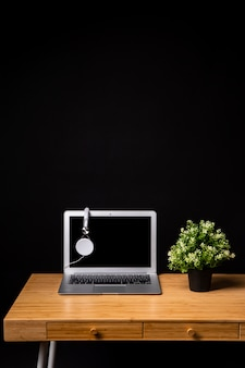Drewniane biurko z laptopem i słuchawkami