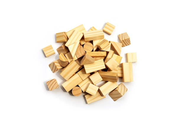 Drewniane bloki konstrukcyjne na białym tle