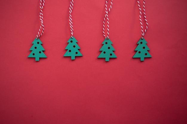 Drewniane bożenarodzeniowe zabawki, świąteczna boże narodzenie dekoracja na czerwonym tle