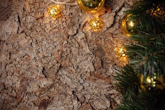 Drewniane brązowe tło boże narodzenie z gałęzi świerku