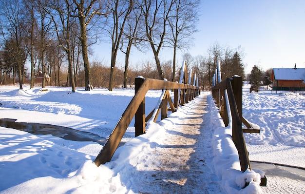 Drewniane budynki zimą. infrastruktura