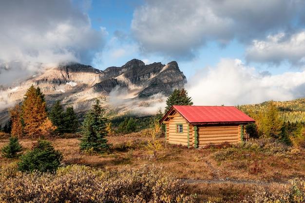 Drewniane chaty w kanadyjskich górach skalistych w parku prowincji assiniboine
