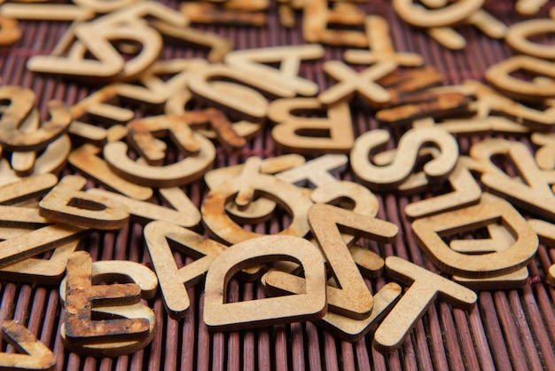 Drewniane czcionki porozrzucane bezładnie