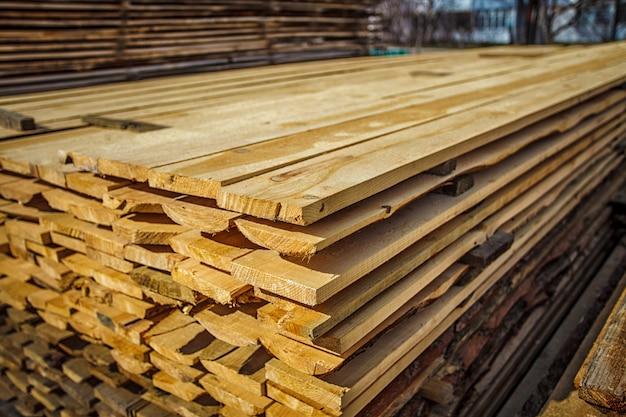 Drewniane deski. belki. suszony powietrzem stos drewna.