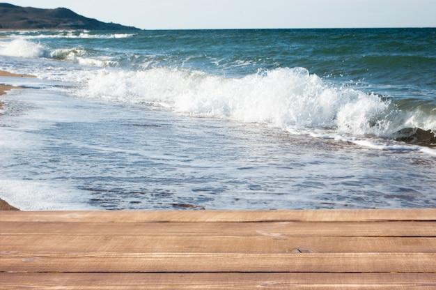 Drewniane deski na tle denna plaża