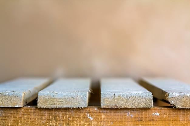 Drewniane deski opróżniają stołowego wierzchołek z zamazanym tłem